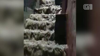 Morador registra água descendo com intensidade no bairro Sítio, em Arraial do Cabo, no RJ