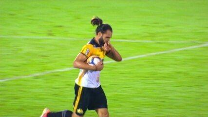 Gol do Criciúma! Léo Gamalho aproveita escanteio e diminui, aos 45' do 2º Tempo