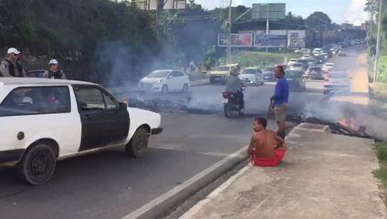 Moradores do Vale do Reginaldo protestam na Avenida Leste Oeste, em Maceió
