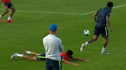 Neymar leva caneta do jovem Weverton durante treinamento