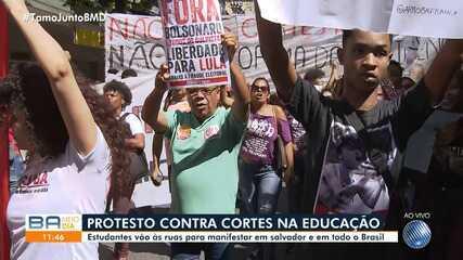 Estudantes e professores protestam contra o corte de verbas na educação