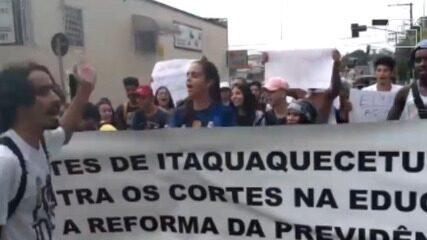 """Alunos gritam """"tire a mão da educação"""" durante protesto contra cortes do governo federal"""