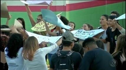 Estudantes fazem ato contra corte de verbas na educação na região de Itapetininga