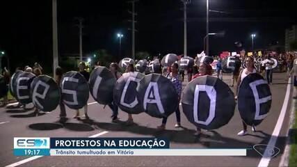 Manifestantes fazem novo ato em Vitória contra os cortes de verba na educação
