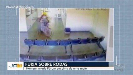 Homem de moto invade fórum de São Miguel do Araguaia e tenta entrar em sala de juiz