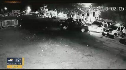 Motorista embriagado tenta jogar o carro em cima de PMs em Casa Branca