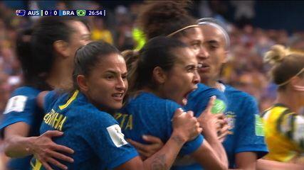 Gol do Brasil! Marta cobra pênalti e abre o placar, aos 26' do 1º tempo