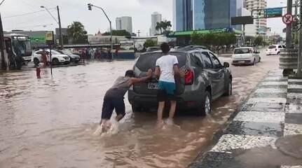 Jovens aproveitam para faturar empurrando carros