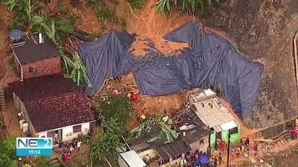 Homem morre e pessoas ficam soterradas após queda de barreira em Camaragibe