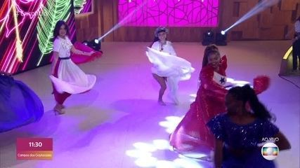 Gaby Amarantos ensina Fátima Bernardes a dançar carimbó