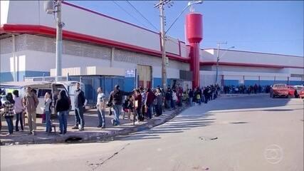 Centenas de pessoas passam a noite na fila em busca de emprego, no Distrito Federal