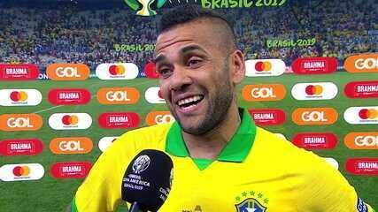 """Capitão da Seleção Brasileira, Daniel Alves comenta vitória: """"Acredito que esse é o caminho"""""""