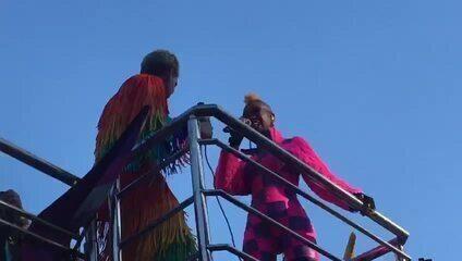 Karol Conka e Mateus Carillo cantam durante a Parada LGBT de São Paulo