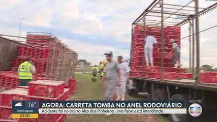 Carreta bitrem que transportava aves tomba no Anel Rodoviário, em BH