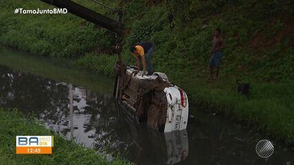 Motorista perde o controle e carro cai dentro de canal em Salvador