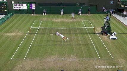 Hurcakz dá um peixinho na quadra e consegue dar um voleio sensacional para chegar ao break point contra Djokovic