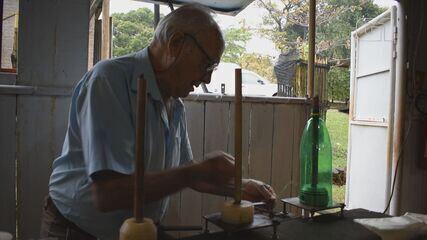 Empresário de Araraquara adaptou peças de caminhões em máquina para fabricar vassouras