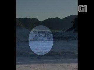 Vídeo mostra jovem antes de desaparecer no mar de Ubatuba