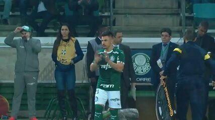 Willian é ovacionado pela torcida do Palmeiras ao entrar contra o Inter