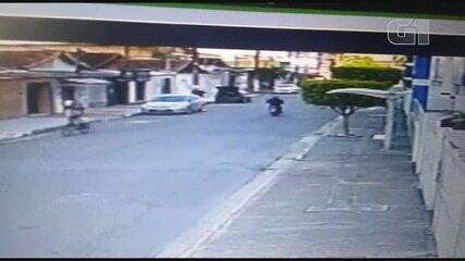 Câmera de monitoramento de uma residência flagrou trio assaltando loja em Praia Grande, SP