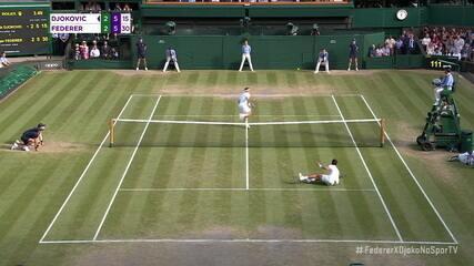 Djokovic vai para a curtinha, mergulha na quadra e consegue vencer o ponto