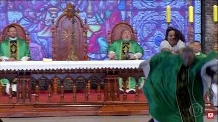 Mulher empurra Padre Marcelo Rossi de altar durante missa no interior de SP