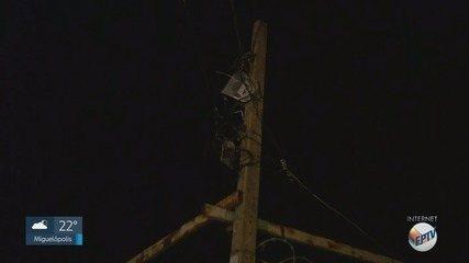 Menor sofre descarga elétrica e cai sobre carro ao tentar pegar pipa em poste de Ribeirão
