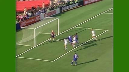 Romário marca de cabeça após belo cruzamento de Jorginho contra a Suécia pela Copa de 94