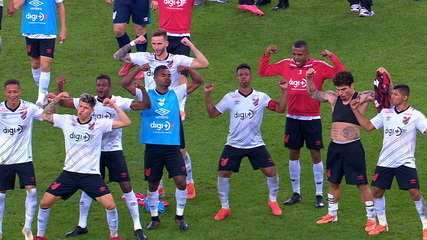 Jogadores do Athletico-PR provocam Flamengo na comemoração da vitória