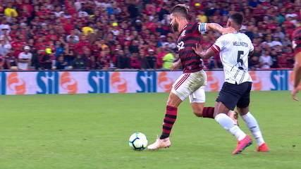 Com diferença de três minutos, Diego acerta o rosto de Bruno Guimarães e Wellington