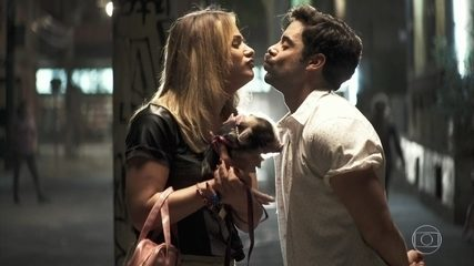 Abel tenta beijar Britney