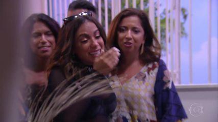 Anitta se emociona ao lado de sua família ao rever a casa onde passou sua infância