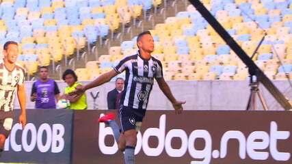 Gol do Botafogo! Na cobrança de escanteio, Cícero toca de cabeça e abre o placar, aos 13' do 1º tempo