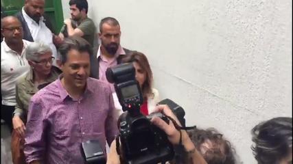Veja o momento em que o candidato Fernando Haddad chega para votar em SP