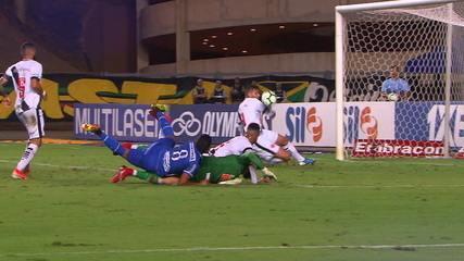 Dawhan recebe de Gómez e chuta para o gol, mas Henríquez salva aos 26' do 2ºT