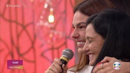Isis Valverde revê amiga da adolescência