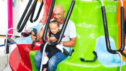 Mesmo com artrose, pai se dedica integralmente à filha com paralisia cerebral