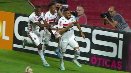 Gol do São Paulo! Reinaldo cobra pênalti e vira o placar contra o Santos, aos 11' do 2º tempo