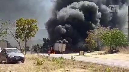 Vídeo mostra caminhão pegando fogo em rodovia