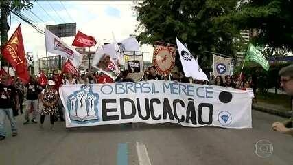 Estudantes e professores protestam contra congelamento de verbas da educação