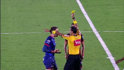 Reginaldo sofre falta dura e árbitro distribui cartão amarelo, aos 50' do 2º tempo