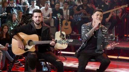Felipe Araújo canta para Paolla Oliveira no 'Altas Horas'