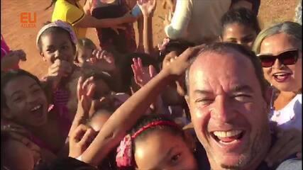 Clayton Conservani apresenta o UTV para as crianças do Jalapão