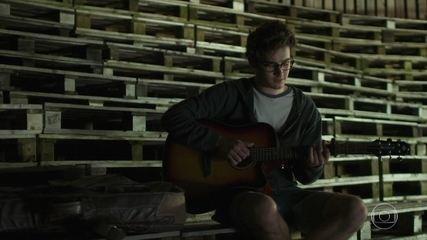 Benjamin canta para Letícia
