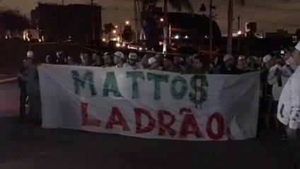 Torcida organizada do Palmeiras protesta contra Alexandre Mattos