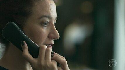 A recepcionista do hotel em que Dalila está hospedada a entrega para a polícia