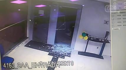 Criminosos usam picareta para entrar e furtar banco