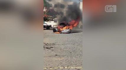 Carro pega fogo em Campos, no RJ