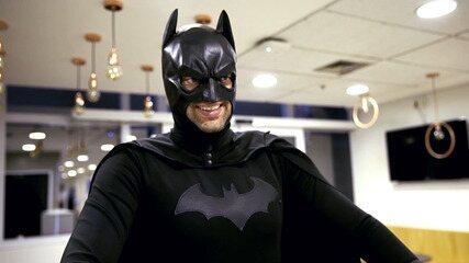 Fernando Caruso encarna o Homem-Morcego para o 'Conversa Com Bial'