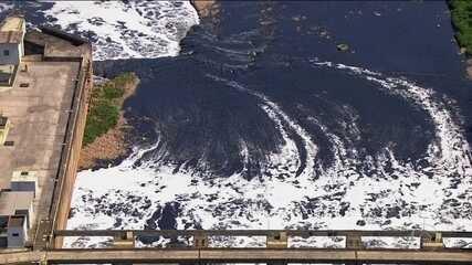 Mancha de poluição avança no Rio Tietê